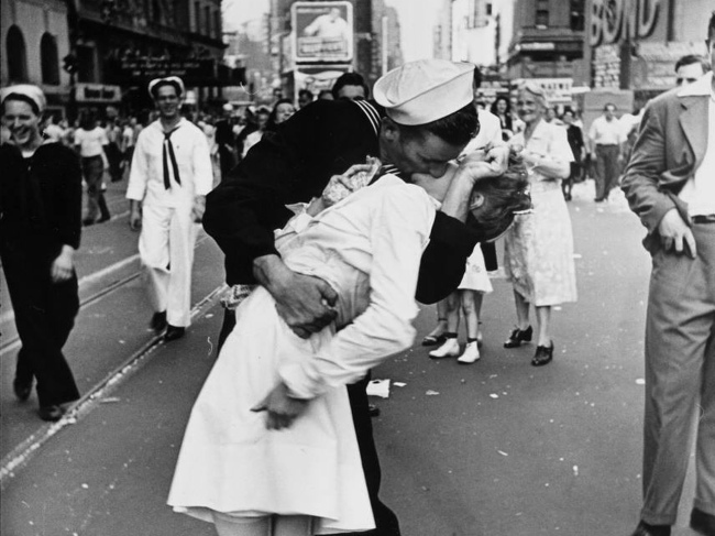 victory in japan day sailor kisses woman in Times Square