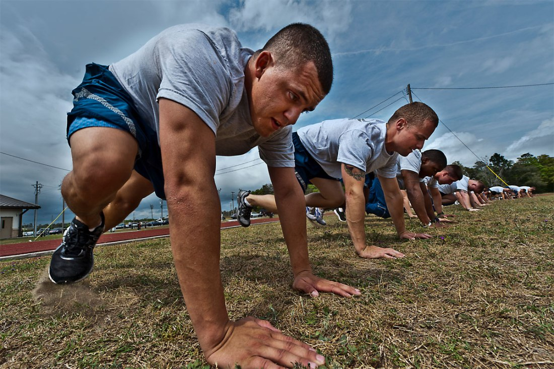 air force workout airmen doing mountain climbers
